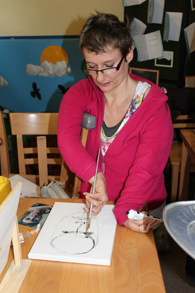 Disabled Artist and tutor Tanya Raabe gives demonstration of portrait painting